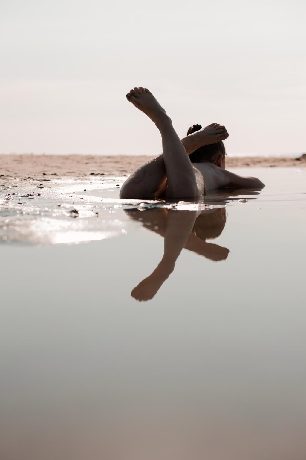 """,,Thirza Both ligt op het strand bij Domburg even op te warmen in een warm poeltje na een koude duik in zee."""" Clara Both © BDU Media"""