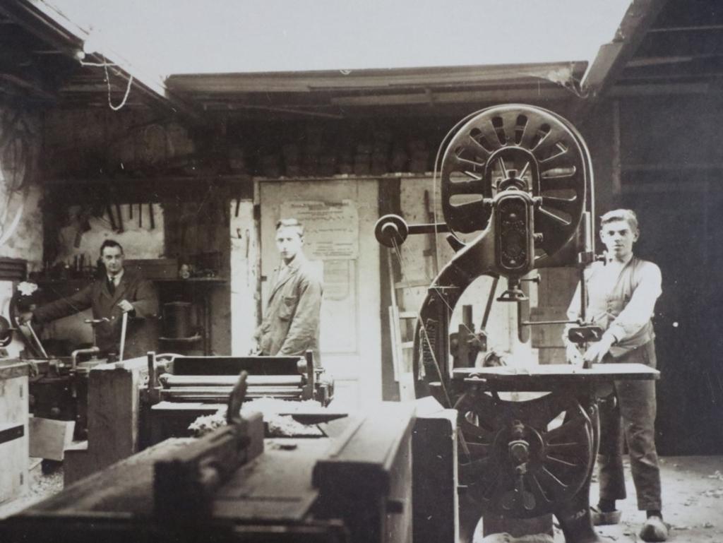 Christaan (l) en Jan (r) van der Wielen in de werkplaats rond 1940 Gebrs. Van der Wielen © BDU media