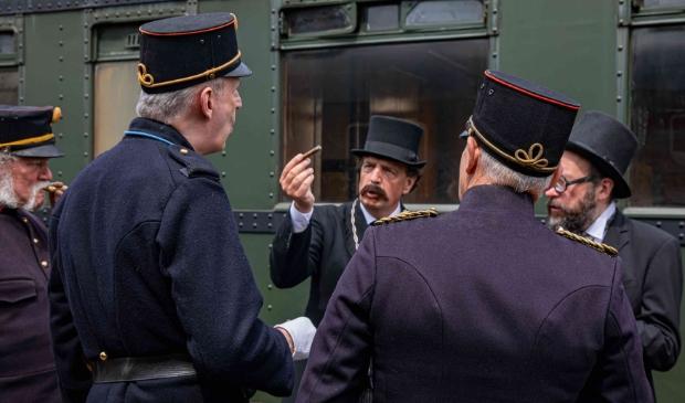<p>Burgemeester Verhulst (met snor) speelt zijn evenknie uit 1905 in de film.</p>