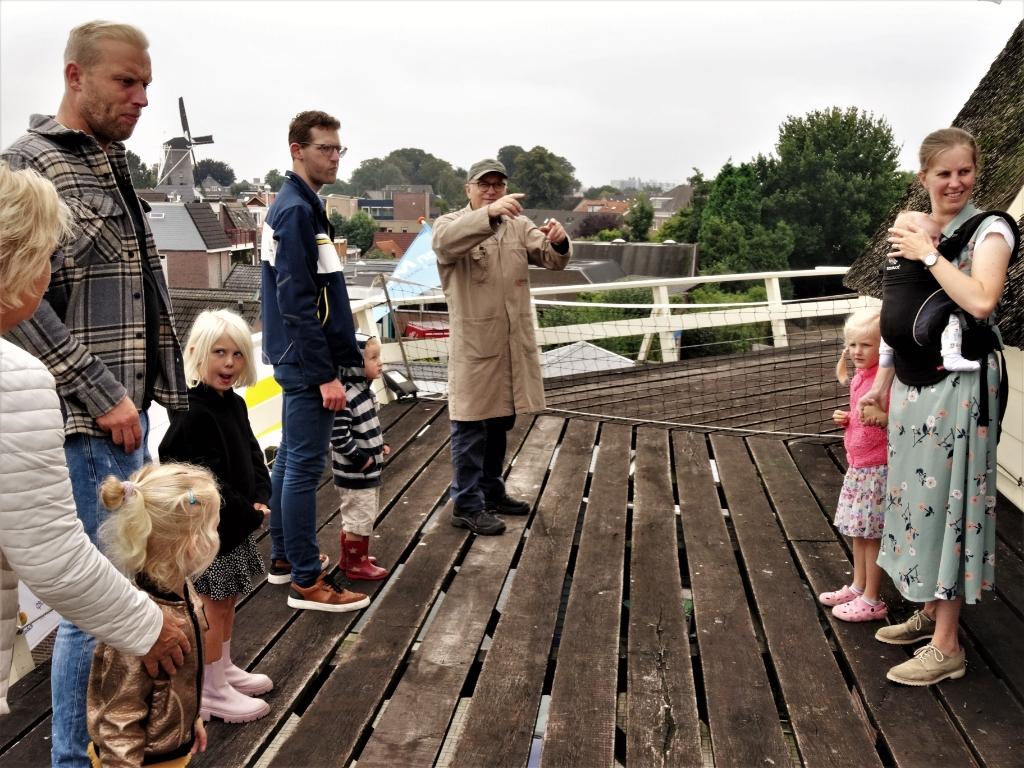 Rondleiding door gidsen. Op de achtergrond is de Nieuwe Molen te zien. Pieter Vane © BDU Media