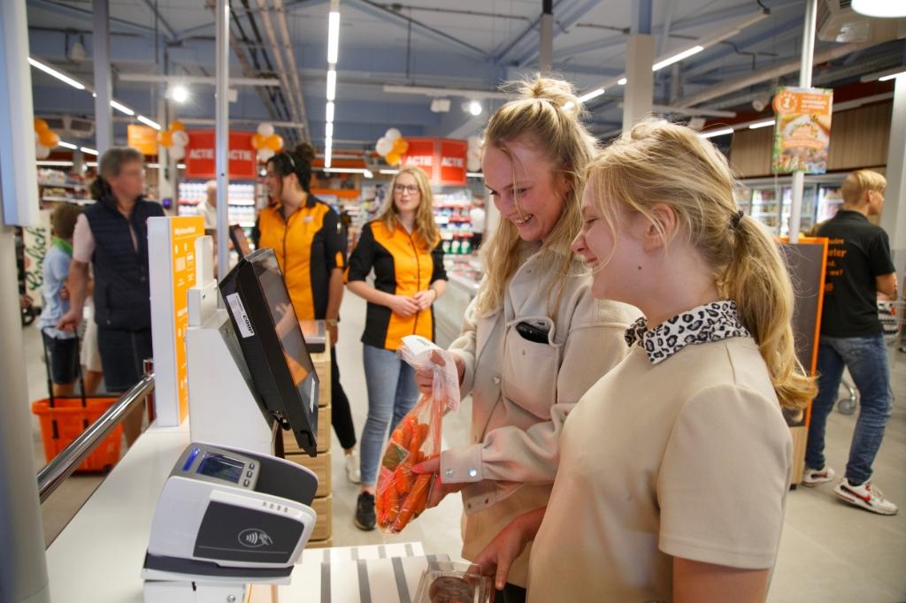 Feestelijke eerste dag vernieuwde Coop Lavendelplein Barneveld Bram van den Heuvel © BDU media