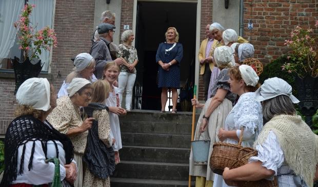 Loco burgemeester Wil Kosterman kwam in een oldtimer om Open Monumentendag te openen op Kasteel Rhijnestein