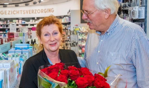 <p>Sylvia werd dinsdagochtend door haar man op haar werk overvallen en kreeg een mooie bos rozen.</p>