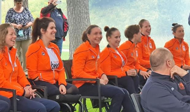 <p>Het Nederlandse rolstoelbasketbalteam, met de Doorwerthse Mariska Beijer (derde van links) in de gelederen, bereikte op de Paralympische Spelen in Tokyo, de finale.</p>