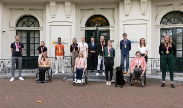 <p>Vanaf links: Bas Takken (zilver en brons - zwemmen), Caroline Groot (brons - baanwielrennen),Nikita den Boer (brons - atletiek), Daniel Abraham Gebru (goud en brons - wielrennen), Roos de Jong (brons - roeien), Saskia Pronk (goud - basketbal), No&euml;lle Roorda (zilver - atletiek), Arthur van Dijk (commissaris van de Koning), Fleur Jong (goud - atletiek), Larissa Klaassen (goud - baanwielrennen), Dirk Uittenbogaard (goud - roeien), Lindsay Frelink (goud - basketbal), Zita Pels (gedeputeerde Sport), Imke Brommer (goud - baanwielrennen).</p>