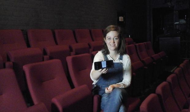 theaterbezoeker met app