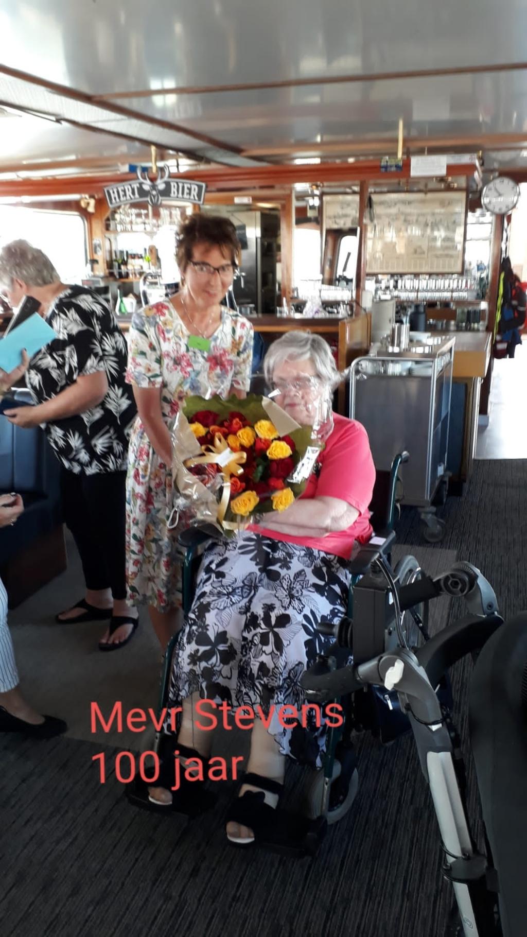 Mevrouw Stevens trakteerde alle gasten en vrijwilligers vanwege haar honderdste verjaardag. Lieneke Meiling © BDU media