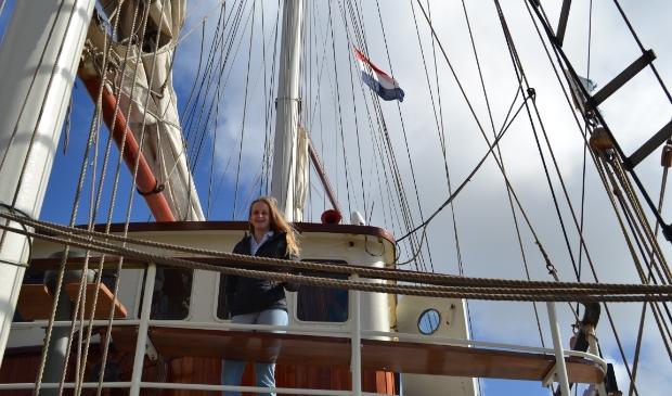 <p>Eva aan boord van het tallship waarmee zij haar reis gaat maken. Ze wil later huisarts worden, net als haar opa.</p>