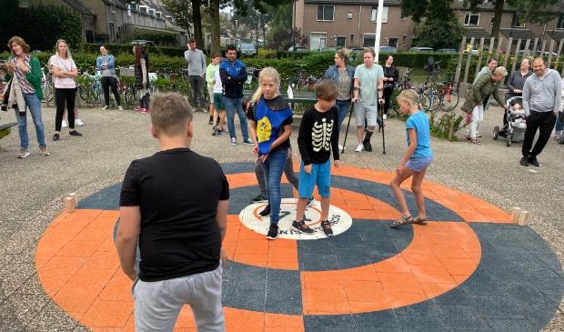 Leerlingen spelen op het net geopende Schoolplein 14
