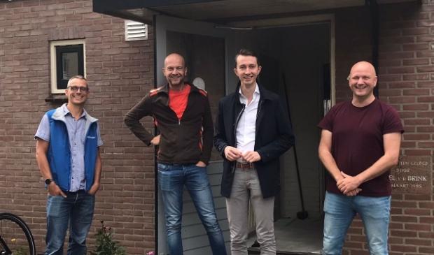 V.l.n.r. Corstian van Westen (Malkander), Henri van Dijk (FlowerPower), Wethouder Jan Pieter van der Schans, Oscar Biesheuvel (Connectkerk) voor het Buurthuis in de Bloemenbuurt