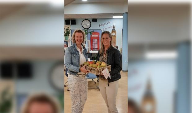 Michelle van der Linden en Angelique Zwart met het verse fruit.