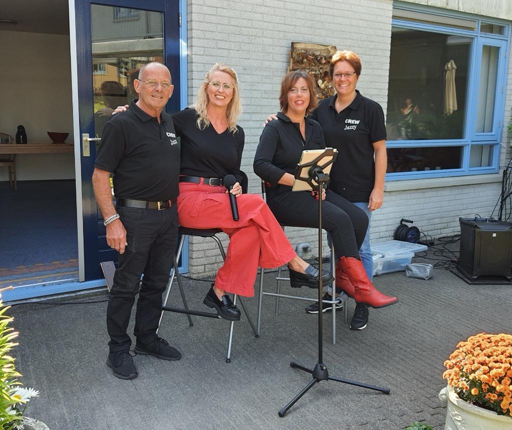 De zangeressen Jazzy en Peggy  en geluidsvrouw Nathalie en Jacques de bodygard  Agnes Bergevoet © BDU Media