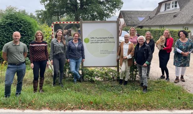 Een deel van het team van SPEL Psychologen Putten bij de ingang van het terrein.