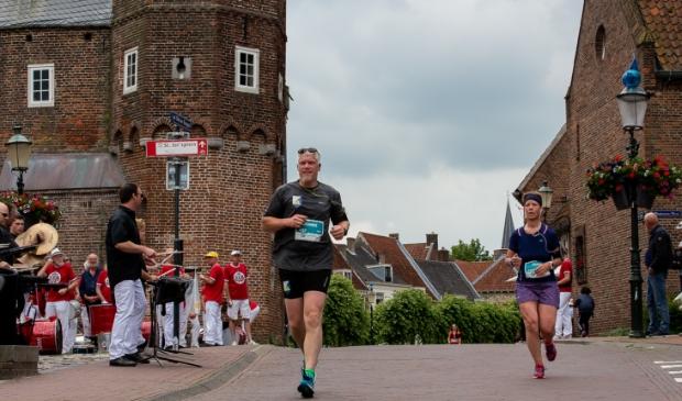 <p>De marathon is vooral populair vanwege het parcours, de singels langs de oude binnenstad en de live muziek. </p>