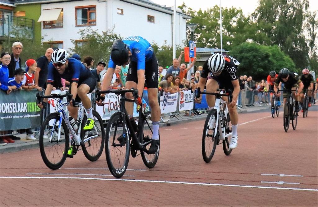 De finish van de locals: Timon Besselsen klopt in de sprint Scherpenzeler Arco Herrebout (links) met nipt verschil. Wil Weerd Photography © BDU media