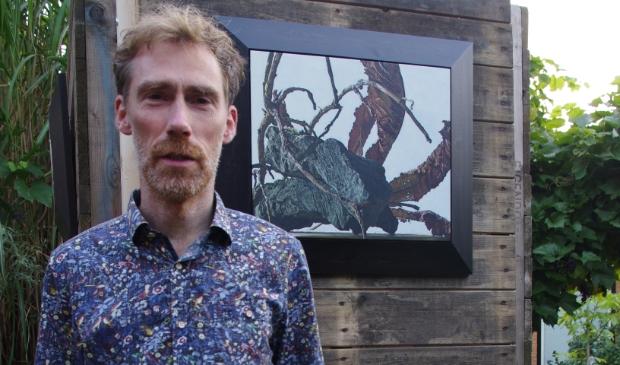 Kunstenaar Johannes voor zijn expositiezuil