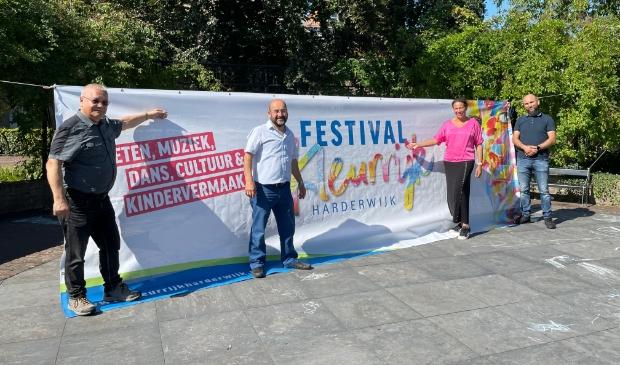 <p>(vlnr) Otto Büttner, Emin Karaaslan, Diana Codfried en .Ahmet Kaya op het muziekpodium in het Hortuspark.</p>
