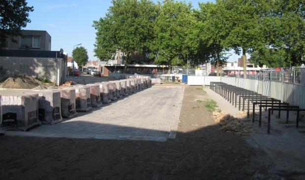Links de parkeerplaatsen, rechts ruimte voor fietsen