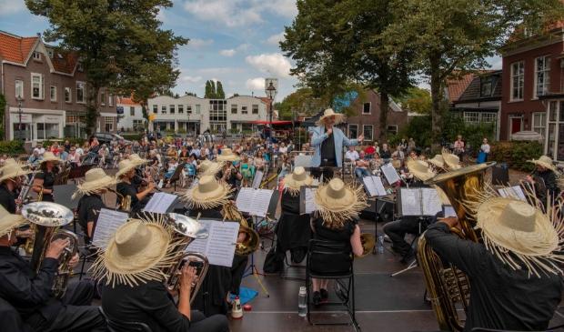 <p>Harmonie St. Micha&euml;l, o.l.v dirigent John Brouwer, geeft de aftrap van het festival op een goed gevuld en zonnig Wilhelminaplein.</p>