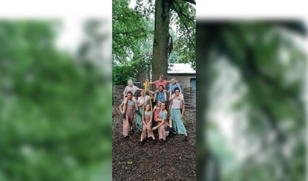 Danstheatergroep Aard na de première van Wikkel tijdens het Cultuurlandfestival in Ederveen