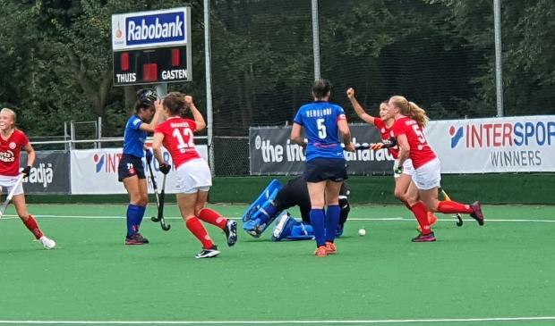 <p>Wageningse vreugde nadat strafcornerkanon Myrthe Jonker in het duel met Breda voor de 1-1 heeft gezorgd. Jonker zou vervolgens nog tweemaal genadeloos toeslaan.</p>