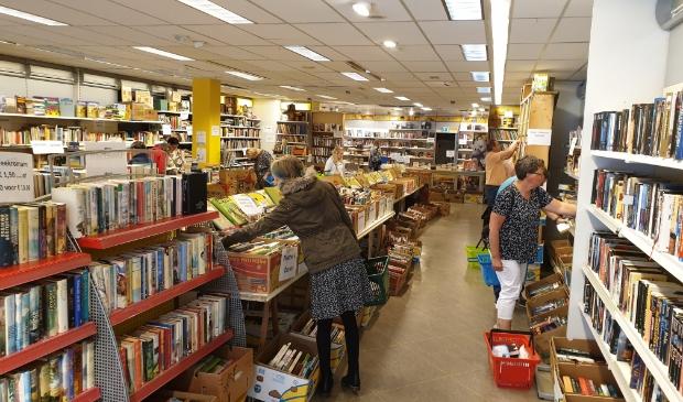 Op de schappen staan duizenden nieuwe tweedehands boeken.