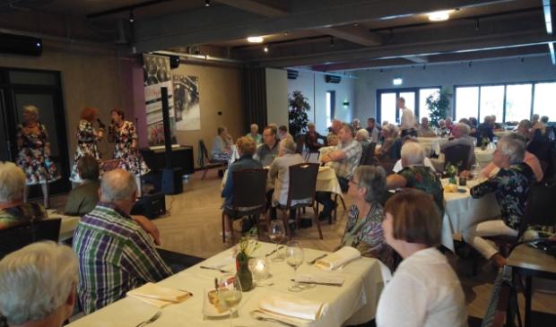 leden Senioren Belangen genieten van diner en optreden Muzidima's