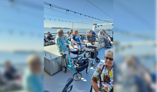 <p>Op het dek genoten veel gasten van De Zonnebloem van het weer, de andere boten op het water en het weerzien met elkaar.</p>