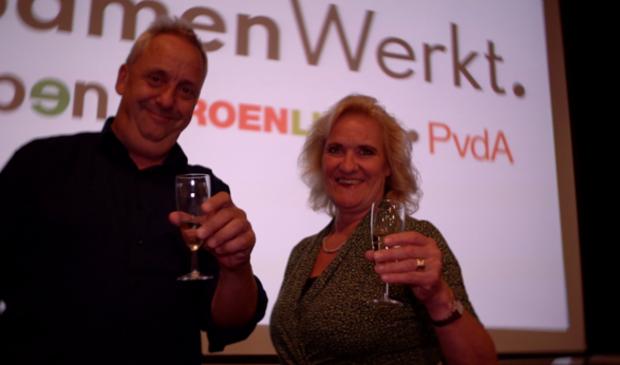 Hans Waaldijk van Open Utrechtse Heuvelrug proost met de nieuwe lijsttrekker Wil Kosterman