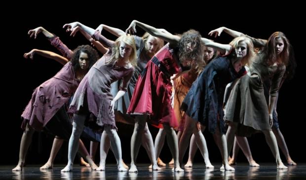 <p>&nbsp;Introdans jubileert en viert zijn vijftigjarig bestaan met &aacute;lle dansers.</p>