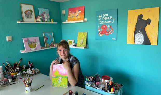 <p>Kim den Dulk in haar atelier met haar vrolijke, speelse en kleurige illustraties, te zien op www.gemaaktdoorkim.nl.&nbsp;</p>