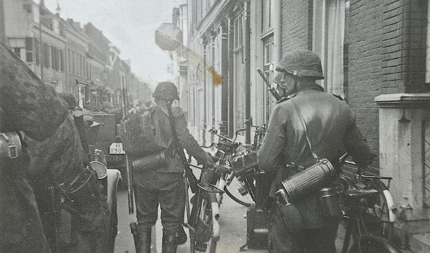 <p>Van hetzelfde filmrolletje als hierboven komt deze: zijn dat Nederlandse fietsen?</p>