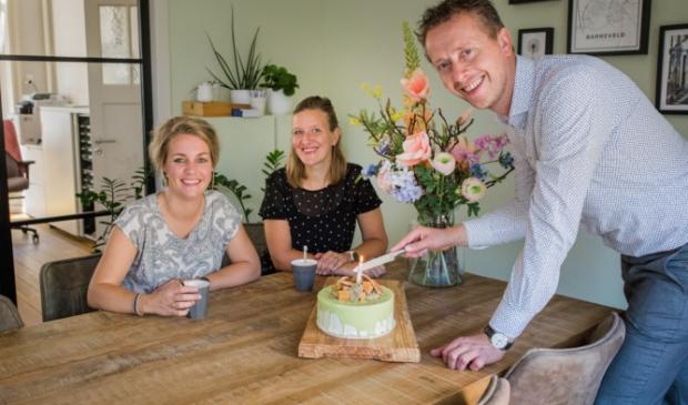 Linda Langerak, Ciska van den Brink en Hans van Wolfswinkel vieren het vijfjarig bestaan van Wolfsgoed Makelaardij.