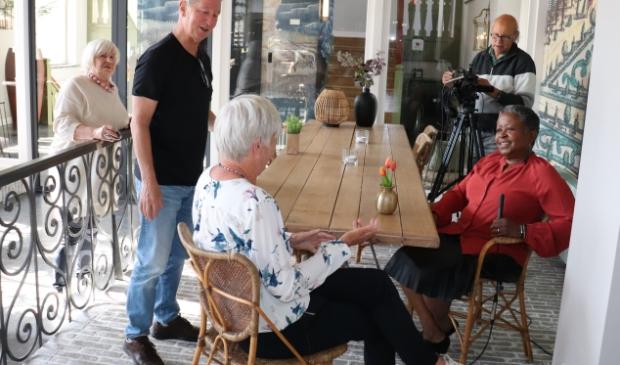 Van links naar rechts Redacteur Eefje van Essen Regisseur Fons Pennings  Seniorencoach ASZ Marieke van Gemeren Gespreksleider Brenda Emmen Filmer Cees Linnenbank