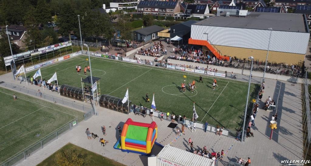 """Luchtopname tijdens de wedstrijd/'Welcome back""""-party W. van der Pijl © BDU media"""