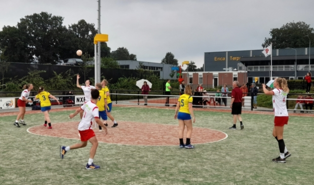 <p>Het eerste team van Rood-Wit versloeg zaterdag de korfballers van Thrianta.</p>