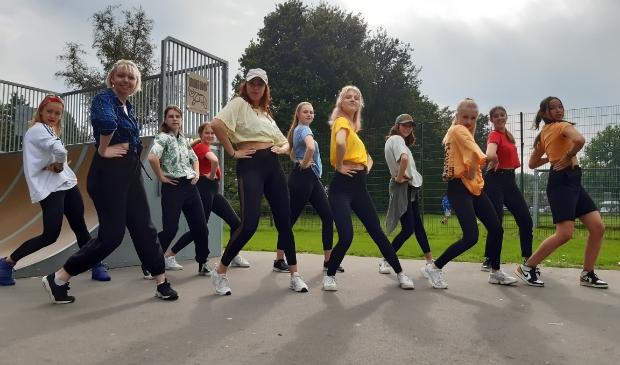 <p>Elf meiden van de dansgroep 15+ van Idea stralen in hun eigen videoclip die zaterdag werd opgenomen bij de skatebaan aan de Dorpsstreek.</p>