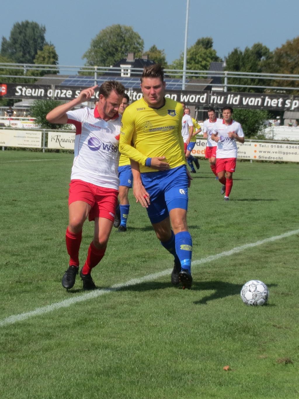 Vincent van Lopik in duel aan de zijlijn met Dongen Teus Stam © BDU media