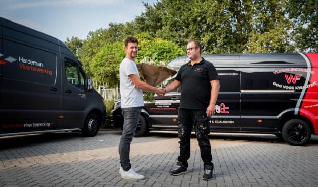<p>Ardi Hardeman en Willem-Jan van 't Foort schudden elkaar de hand.</p>