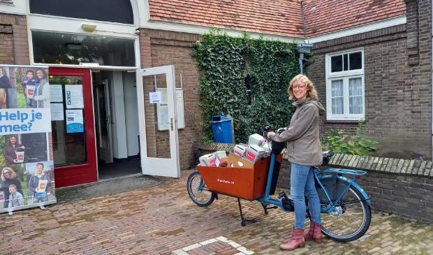 Wijkhoofd Jenneke van Elderen komt haar gevulde bussen inleveren…
