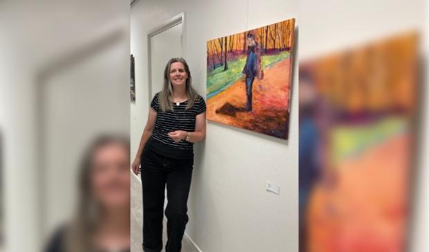 Wanda Landwaart bij één van haar schilderijen.
