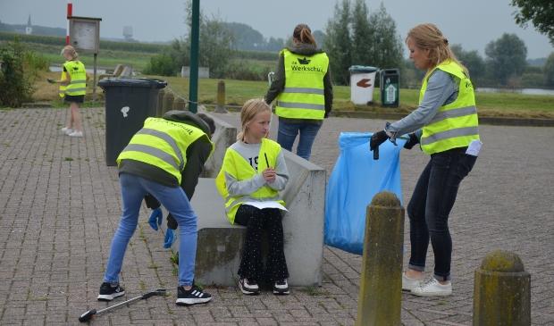 Leerlingen van groep 8 van de Werkschuit ruimen op bij de stadshaven
