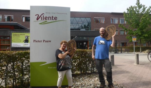 """Greetje Smid (links) en Remco de Kluizenaar presenteren 16 September """"de Klinkerstraat"""" voor en in Pieter Pauw Wageningen"""