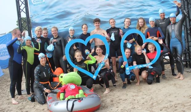 Zwemmers De Duinkikkers in actie voor Swim To Fight Cancer