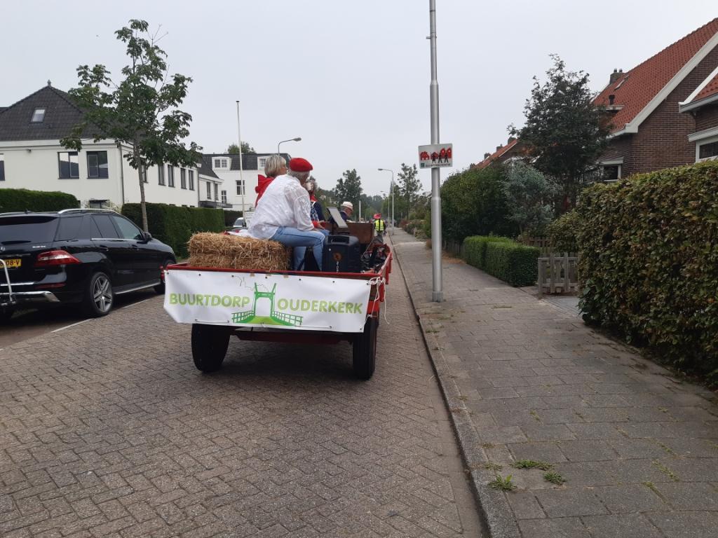 Gezeten op de boerenkar rijdt een deel van het koor naar de volgende locatie: Kringloopwinkel de Tulp. Monique Sons © BDU media