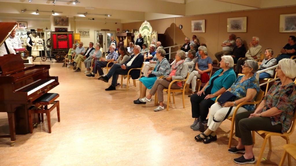 Feestelijke bijeenkomst bij de overhandigen van de Chappell vleugelpianola in het Kijk en Luistermuseum Ton Lakerveld © BDU Media