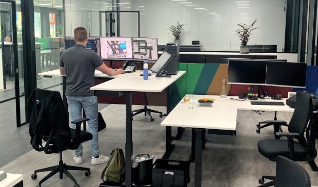 <p>Een van de werkplekken in het nieuwe kantoor &nbsp;van Hellebrekers B.V.</p>