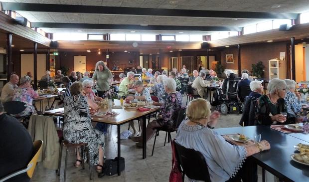 gasten en vrijwilligers aan de brunch