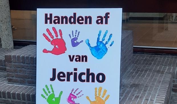 Protestbord, neergezet bij het gemeentehuis.