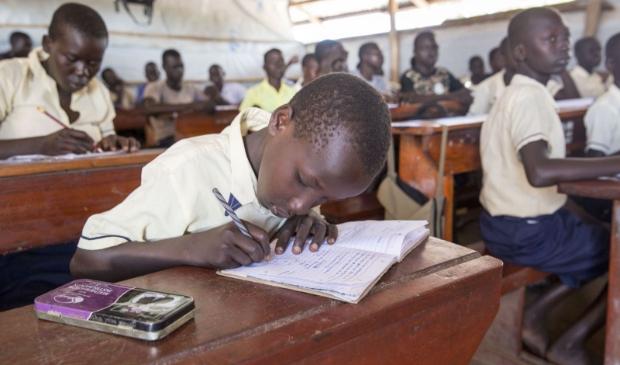 <p>Jongetje in Oeganda op school.</p>